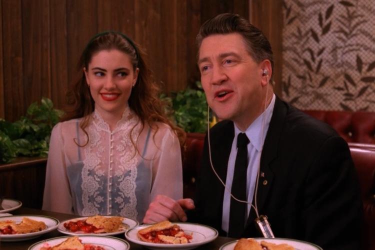 (l'agente Gordon Cole interpretato dal regista David Lynch e la cameriera Shelly)