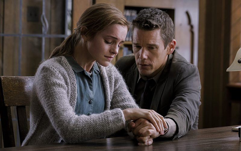 Ethan Hawke e Emma Watson in Regression