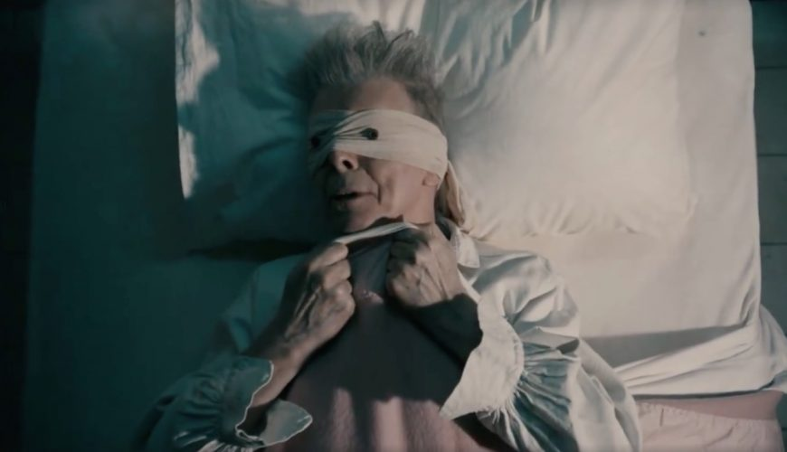 "David Bowie nel video di ""Lazarus"""